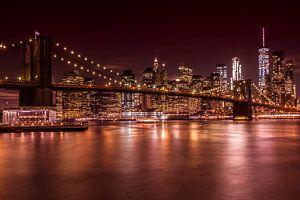 SKYLINE van MANHATTAN EN de BROOKLYN BRIDGE zonsondergang