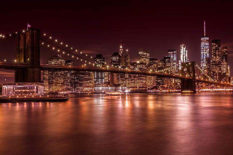 SKYLINE van MANHATTAN EN de BROOKLYN BRIDGE zonsondergang  van Melanie Viola