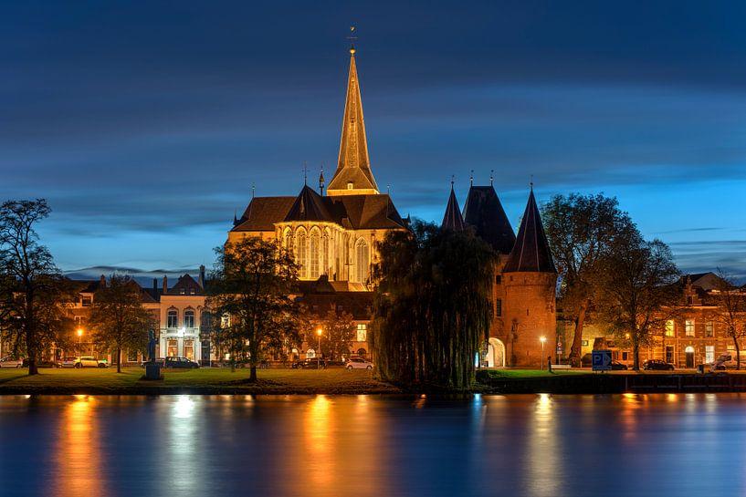 L'église supérieure de Kampen avec la Koornmarktspoort sur Fotografie Ronald