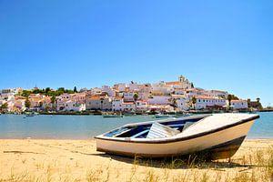Gezicht op het dorpje Ferragudo in de Algarve Portugal van