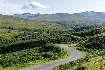 Straße in einem Bergtal in Schottland von Max Mayorov