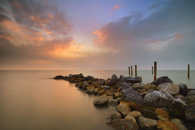 Golfbreker bij zonsopkomst van John Leeninga