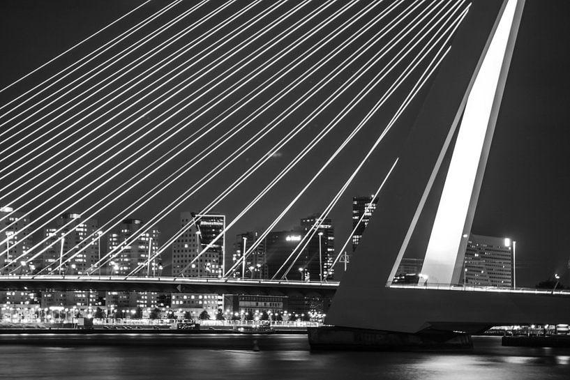 Erasmusbrug te Rotterdam van Ramon Bovenlander