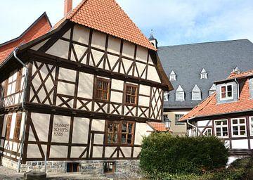 schiefes Haus in der historischen Altstadt von Wernigerode am Rande des Nationalpark Harz von Heiko Kueverling