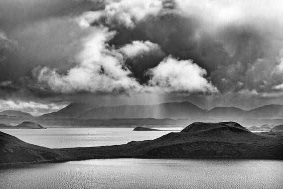 Island - Sonne und Regen am See Myvatn - schwarz-weiß
