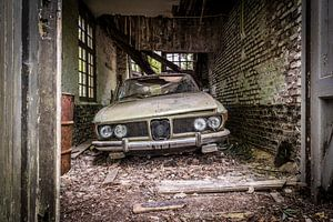 Oude auto in vervallen garage