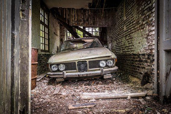 Oude auto in vervallen garage van Inge van den Brande