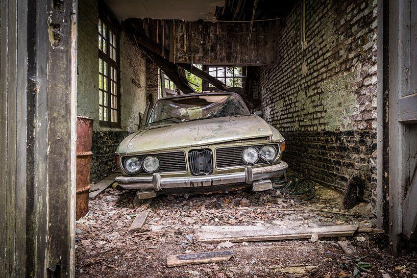 Altes Auto in baufälliger Garage von Inge van den Brande