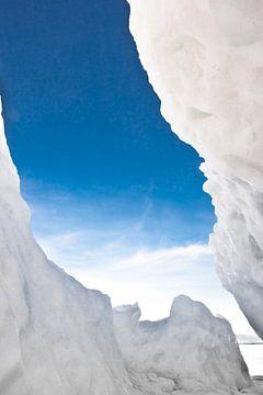 IJsspleet en de lucht in hummocks op het Baikalmeer van Michael Semenov