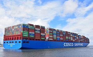 Volgestapeld containerschip vertrekt