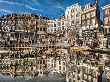 Stadsgracht in Utrecht gespiegeld in het water van Harrie Muis