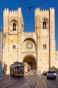 Lissabon: de Catedral Sé Patriarcal en tramlijn 12 van Berthold Werner