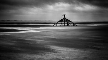 De kaap op het strand van Vlieland tijdens een regenachtige dag van Studio de Waay