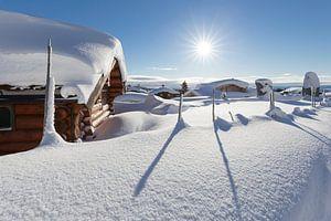 Ondergesneeuw dorp in de buurt van Lillehammer van