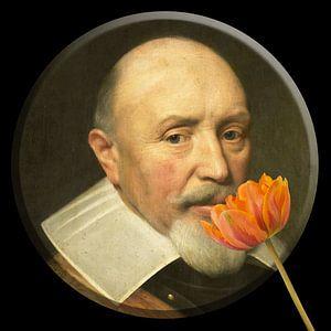 Portret van officier die ruikt aan tulp.