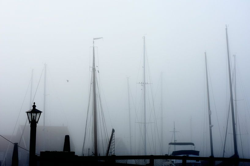 Marken haven in de mist van Ernst van Voorst