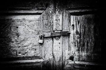 Vergrößert auf alte geschlossene Holztür | Schwarz-Weiß-Detailaufnahme I Street Photography von Diana van Neck Photography