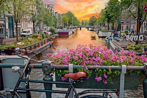 Stadsgezicht op de Prinsengracht in Amsterdam bij zonsondergang