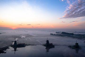 Niederländische Windmühlen im Nebel auf der Zaanse Schans von Rene Ouwerkerk