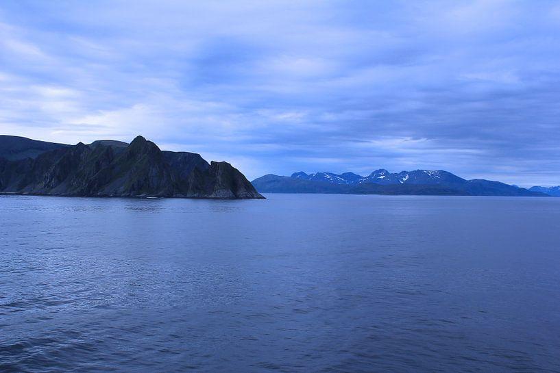 Blauw landschap Noorwegen van Mirjam de Jonge