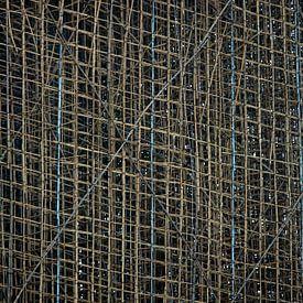 Steiger van bamboe in Hong Kong van Gijs de Kruijf