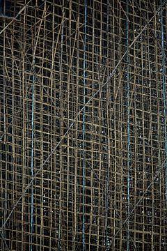 Steiger van bamboe in Hong Kong von Gijs de Kruijf