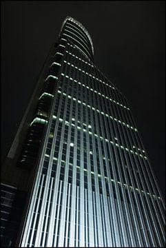 gratte-ciel illuminé la nuit dans la zone financière, Shanghai, Chine sur Tony Vingerhoets