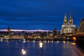Cathédrale de Cologne, pont Hohenzollern et vue nocturne de la vieille ville de Cologne sur 77pixels