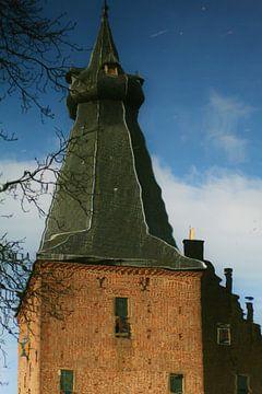 Toren van kasteel Doorwerth gespiegeld in het water. van Kees Jansen