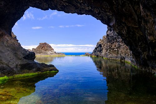 Natuurlijk zwembad met een boog aan de kust van het eiland Madeira