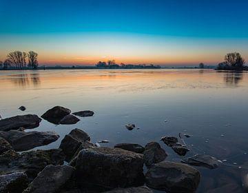 zonsopgang boven de IJssel op een koude ochtend.  van Michel Knikker