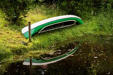 Een kano op een rivier van Jörg Sabel - Fotografie