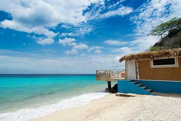 Standhuis op tropisch strand sur Keesnan Dogger Fotografie