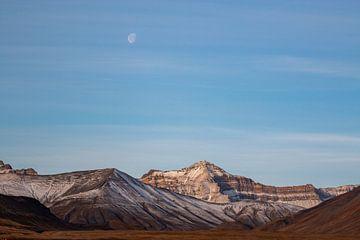Landschap met maan op Spitsbergen. van Michèle Huge