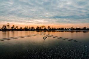 Schitterende zon ondergang boven natuurijs in Reeuwijk van