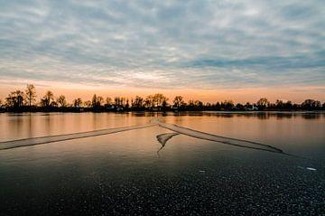 Schitterende zon ondergang boven natuurijs in Reeuwijk van Jorg van Krimpen