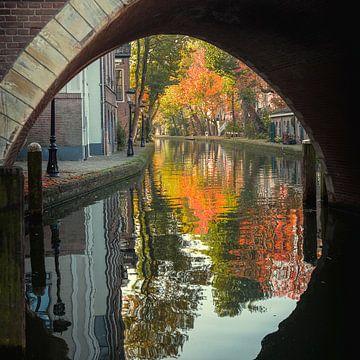 Vue sur la Twijnstraat du chantier naval d'Utrecht à l'automne sur De Utrechtse Grachten