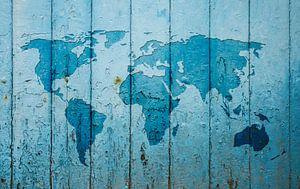 Wereldkaart op een oude blauwe deur van