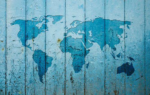 Weltkarte an einer alten blaue Tür von