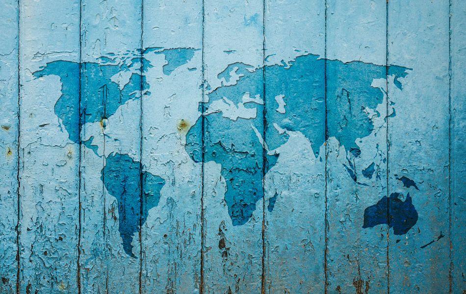 Wereldkaart op een oude blauwe deur van - Wereldkaarten.Shop -