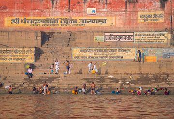 Trappen naar de Ganges in Varanasi, India van Teun Janssen