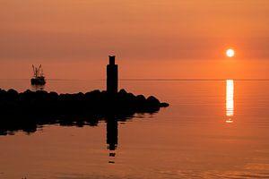 Bateau de pêche et quai au coucher du soleil sur Annelies Cranendonk