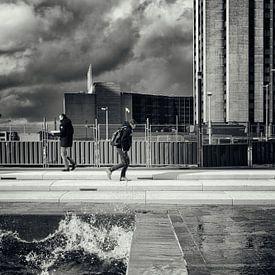 Straatfotografie in Utrecht. De Utrechtse branding in zwart-wit. (Utrecht2019@40mm nr 69) van De Utrechtse Grachten