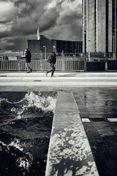Straatfotografie in Utrecht. De Utrechtse branding in zwart-wit. (Utrecht2019@40mm nr 69) von De Utrechtse Grachten