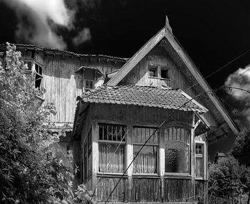 Maison en bois en noir et blanc sur Olivier Van Cauwelaert