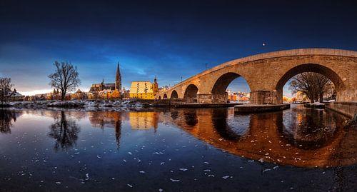 Sonnenaufgang in Regensburg mit steinerne Brücke