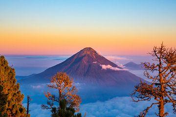 Sunrise over the Aqua Vulcano - Antigua Guatemala von Michiel Ton