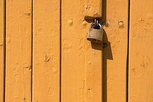 Houten plank stalen deur slot