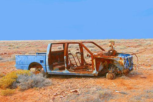 Verroest autowrak in de woestijn, Australie