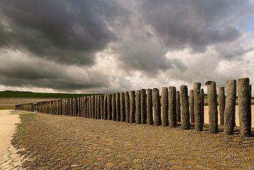 Strandhoofd met donkere, dreigende wolken van Edwin van Amstel